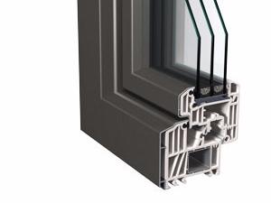 Schnitt vom Kunststofffenster mit Aluminium-Vorsatzschale